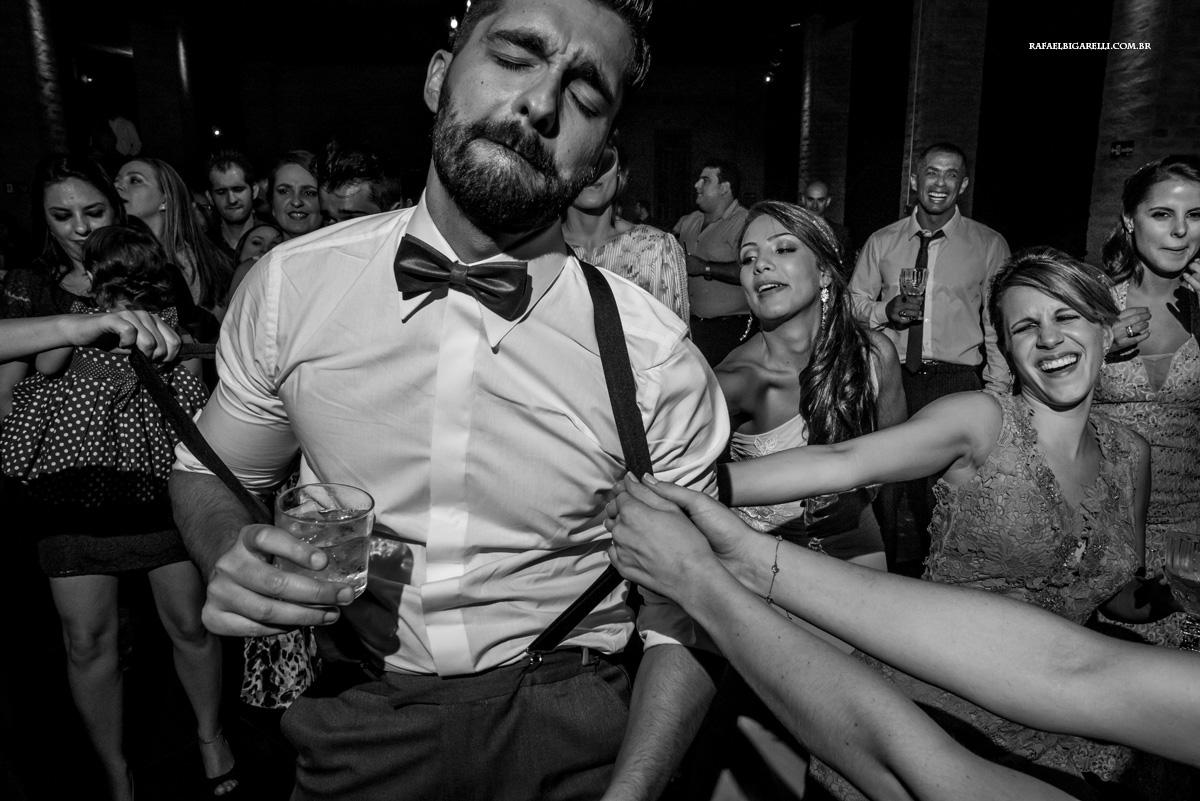 noivo é puxado pelo suspensório pelas convidadas da festa
