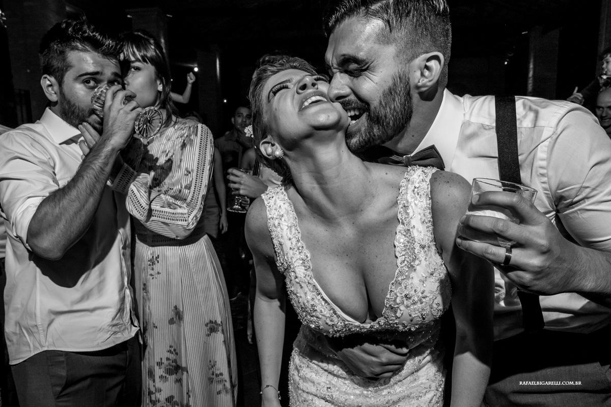 noivo mordendo a bochecha da noiva