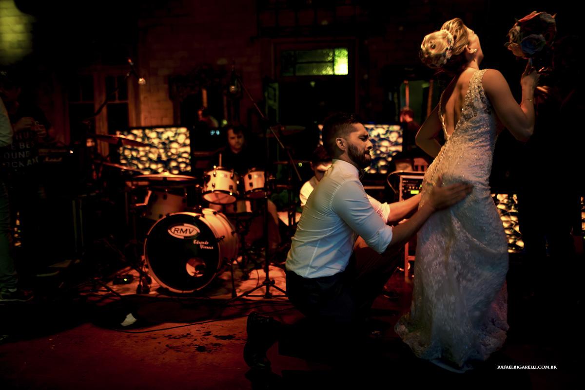 noivos no palco do casamento