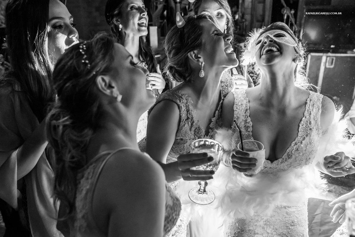 noivas e madrinhas se divertem na pista de dança do casamento