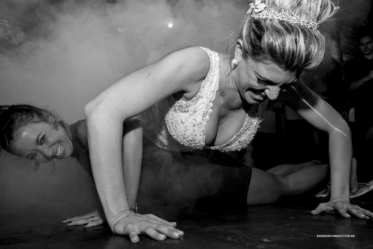 noiva e madrinha fazem marinheiro na festa de casamento