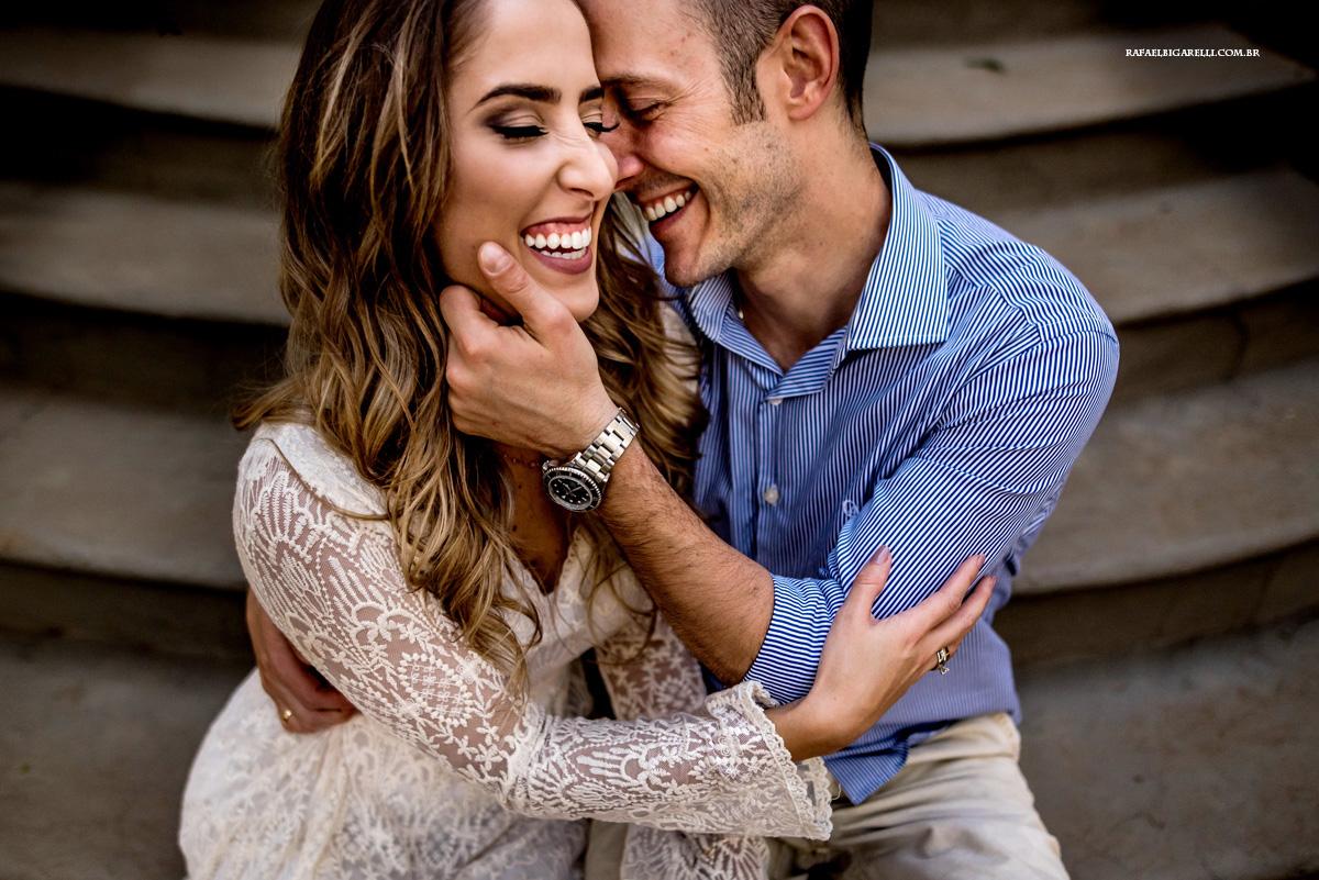 casal de noivos namorando no pre wedding