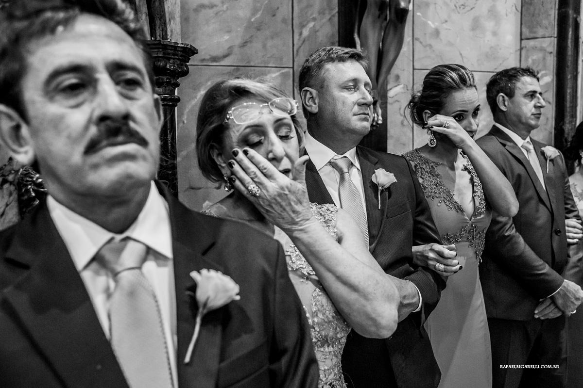 mãe e madrinhas chorando no casamento