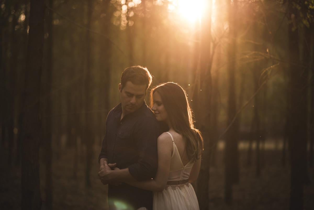 foto do casal se abraçando ao por do sol
