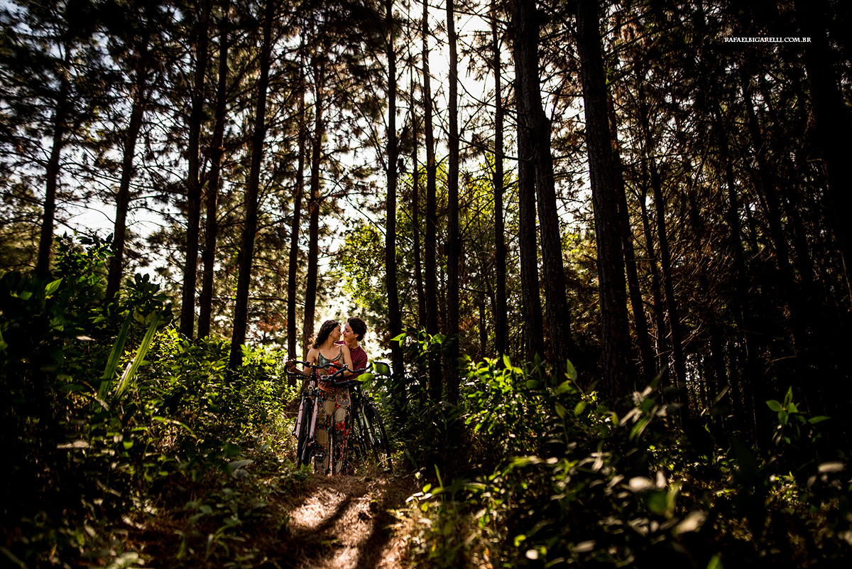 casal de noivo apaixonados com suas bicicletas