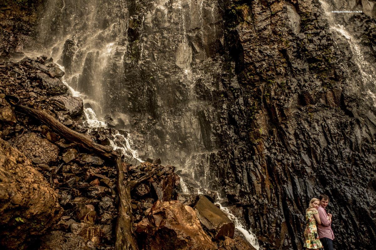 noivos namorando na cachoeira