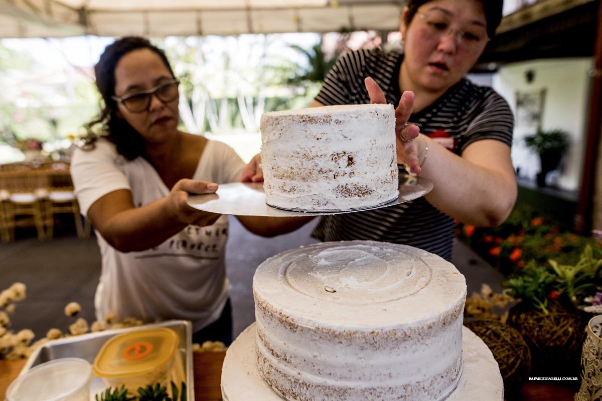 arrumando bolo de casamento