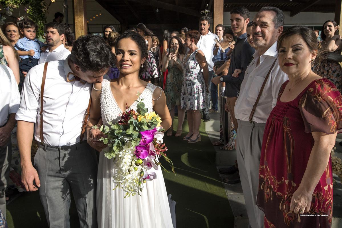 carinho entre noivos no casamento