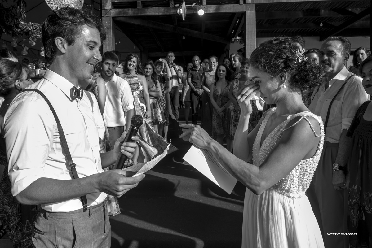 noiva se emociona nos votos do noivo