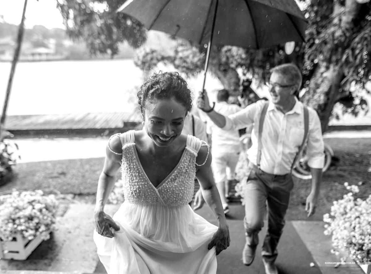 noiva correndo da chuva