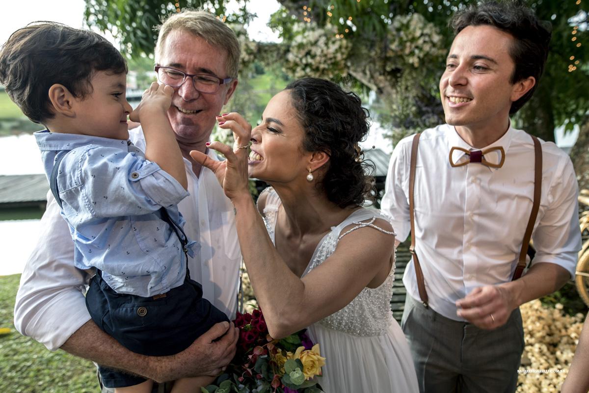 noivos brincam com criança no casamento