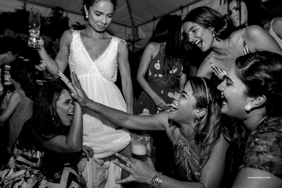 noiva e madrinhas se divertem no casamento