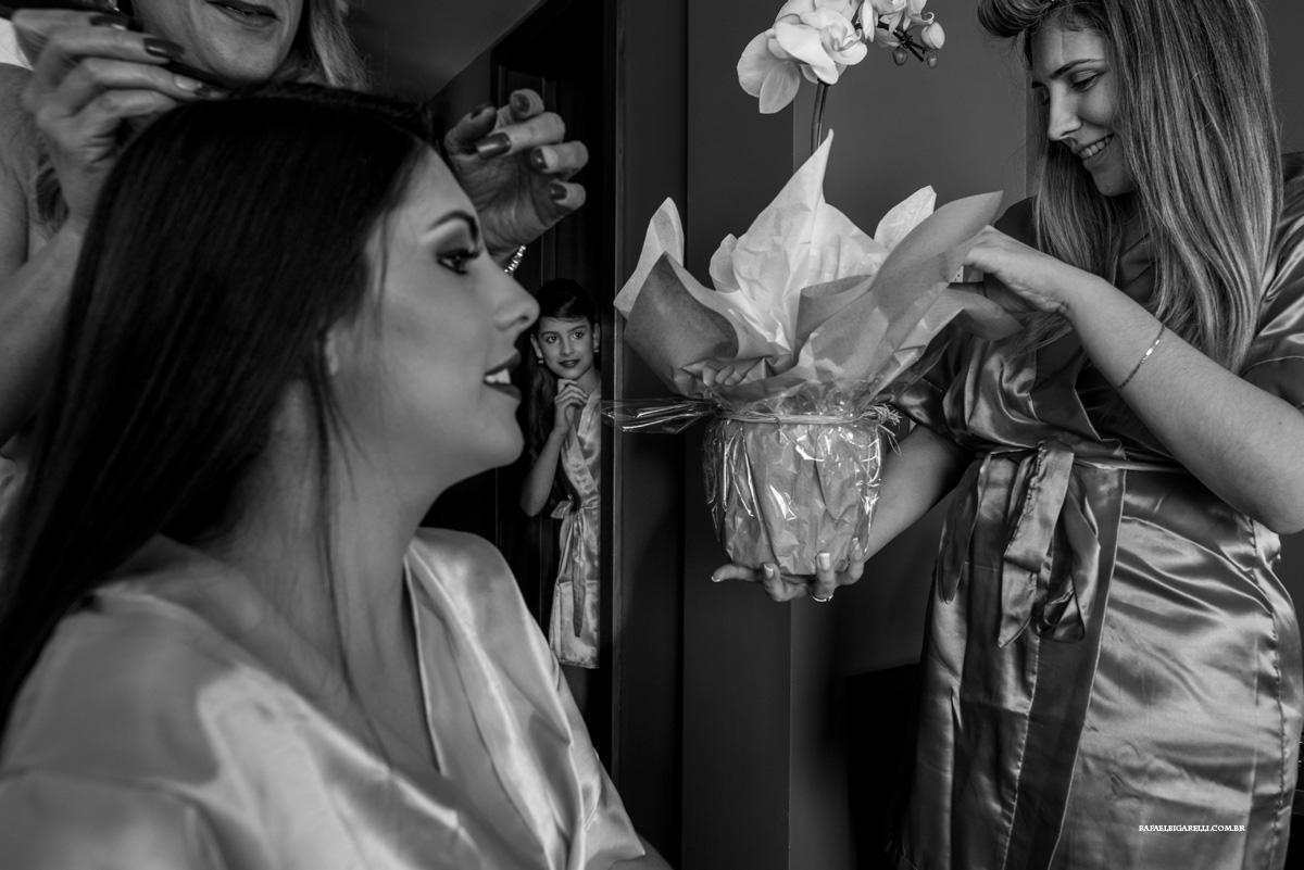 noiva ganhando bouquet