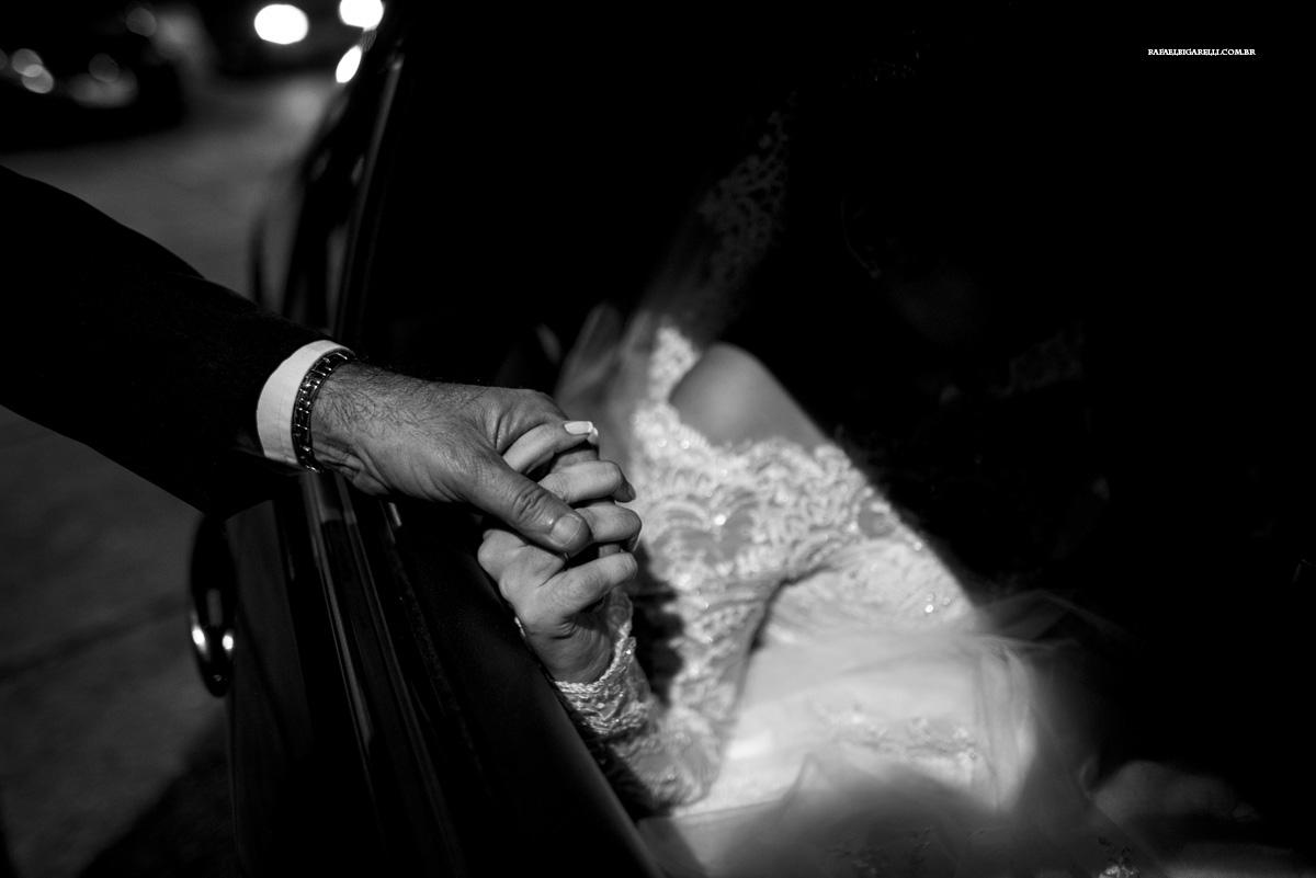 noiva e pai de mãos dadas