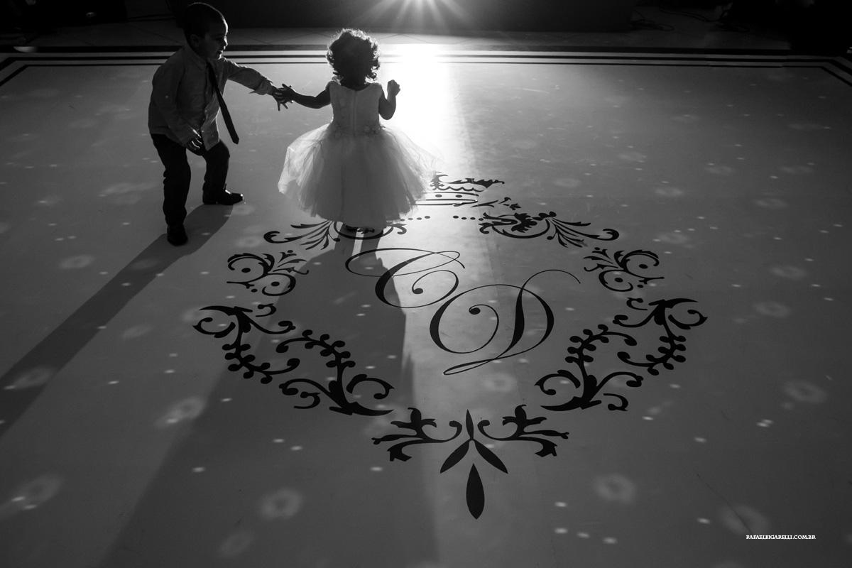 crianças na pista de dança do casamento