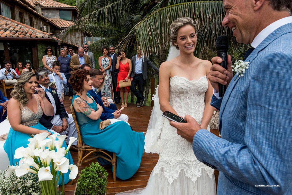 noivos sorrindo em casamento na praia