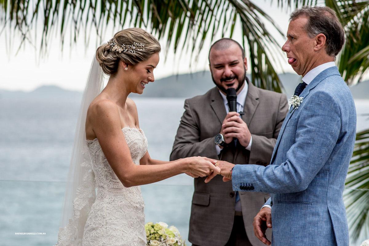 troca de aliança no casamento na praia