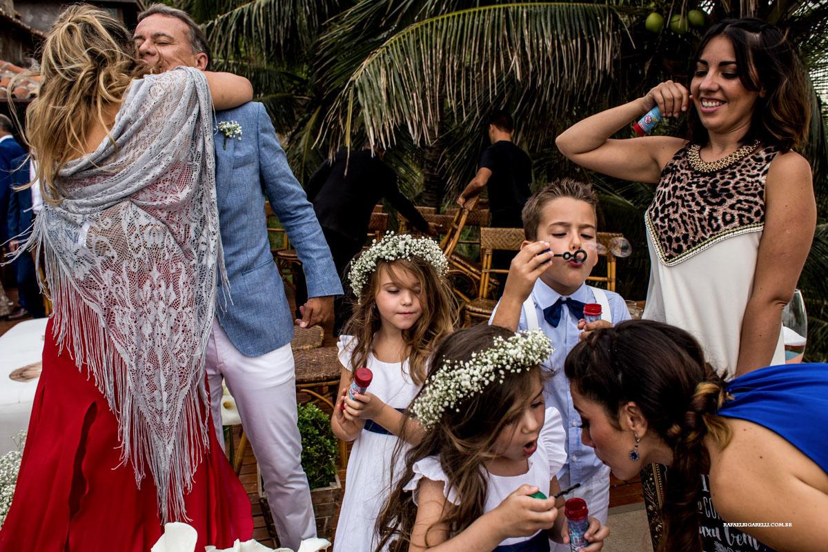 pagens e noivos se divertem em casamento em Buzios