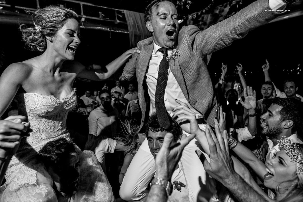 noivos sendo carregados na festa em búzios