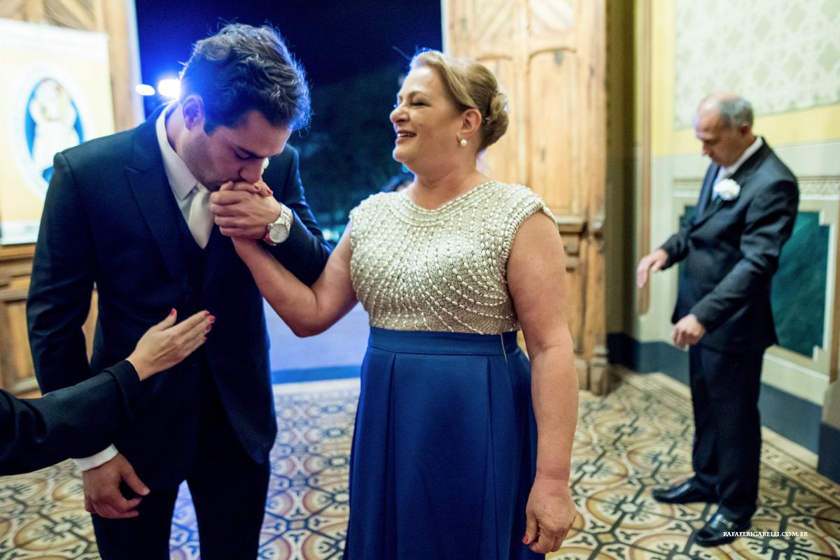 noivo beijando sua mãe antes de entrar na igreja
