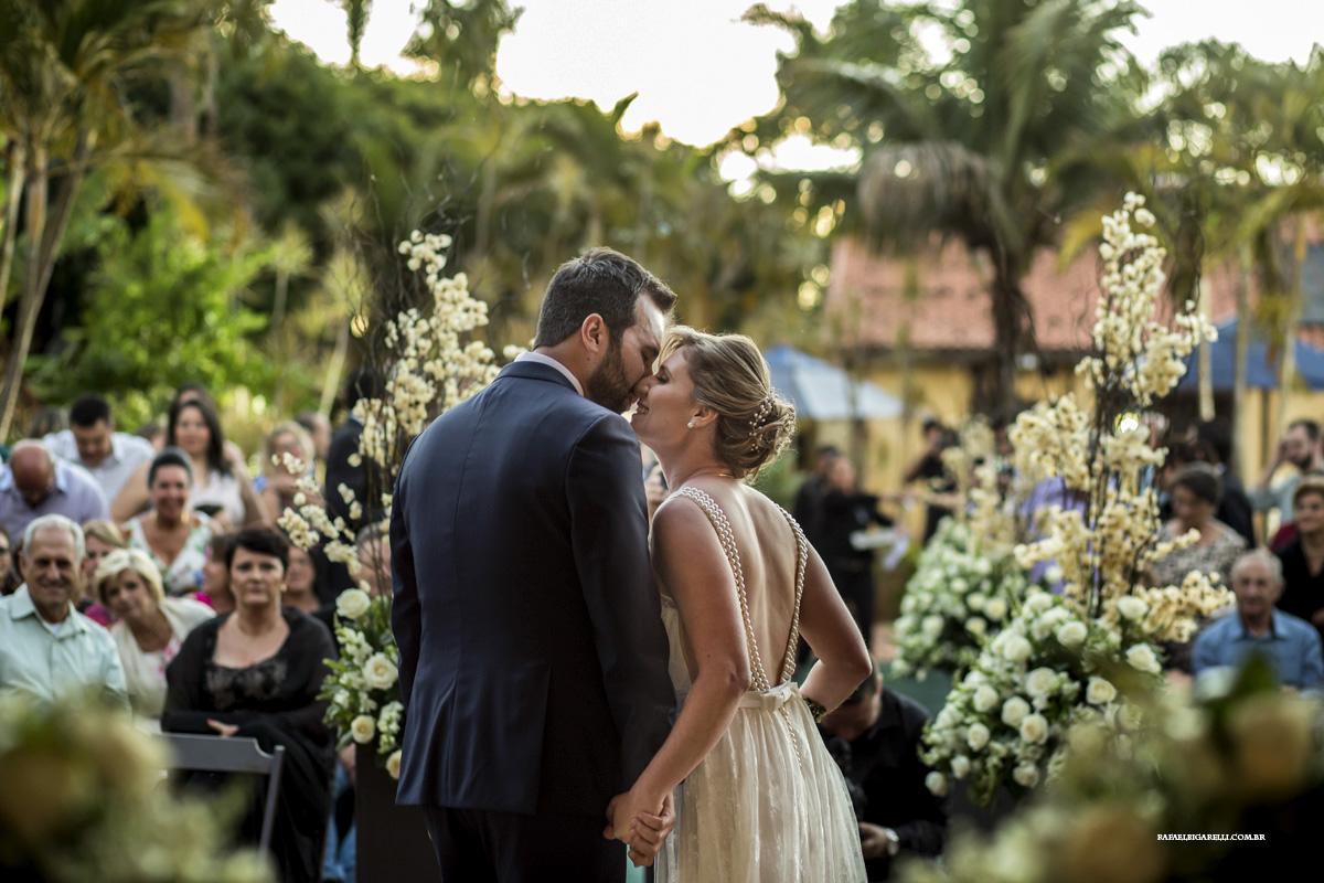 beijo dos noivos ao por do sol