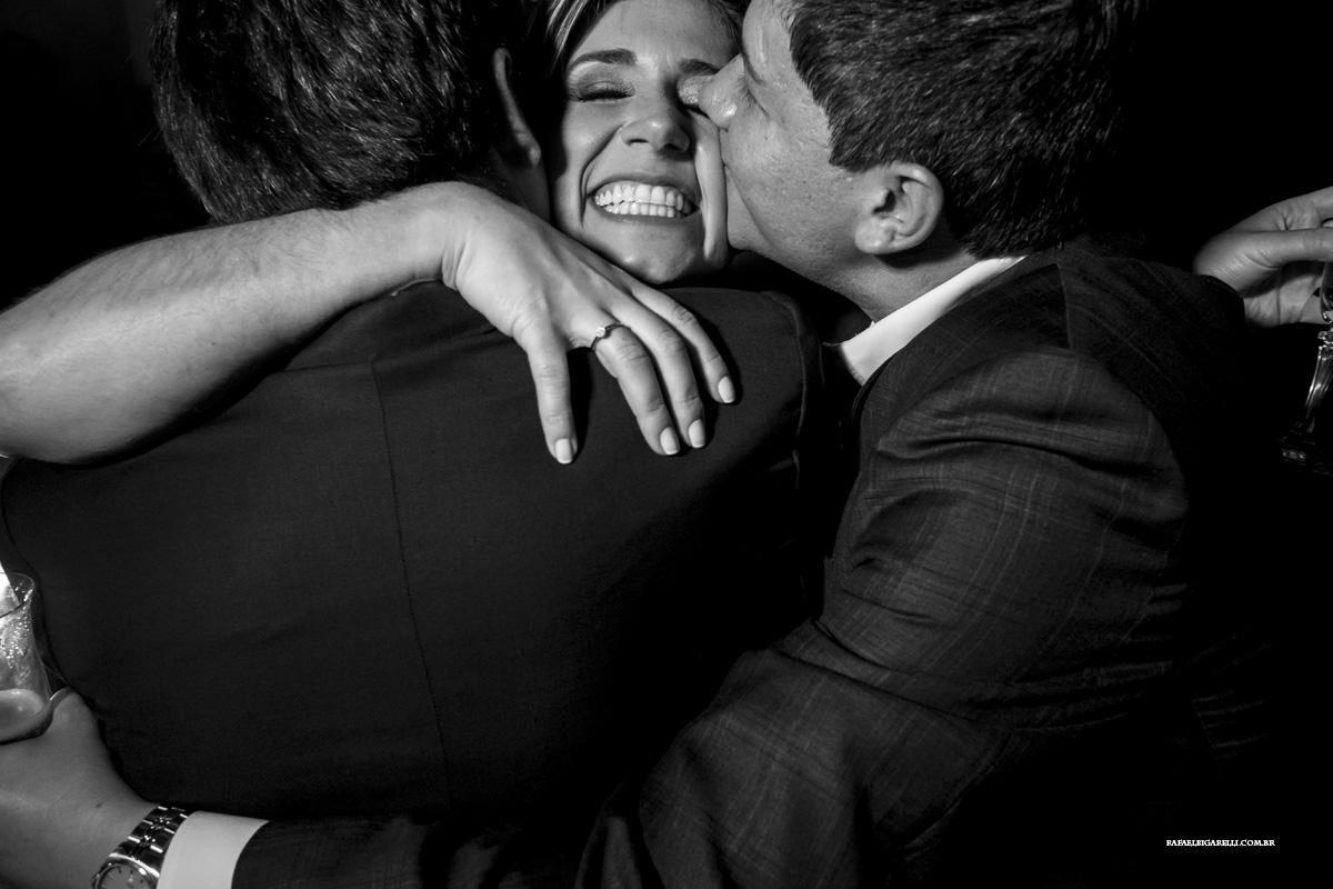 noiva sendo abraçada pelos amigos
