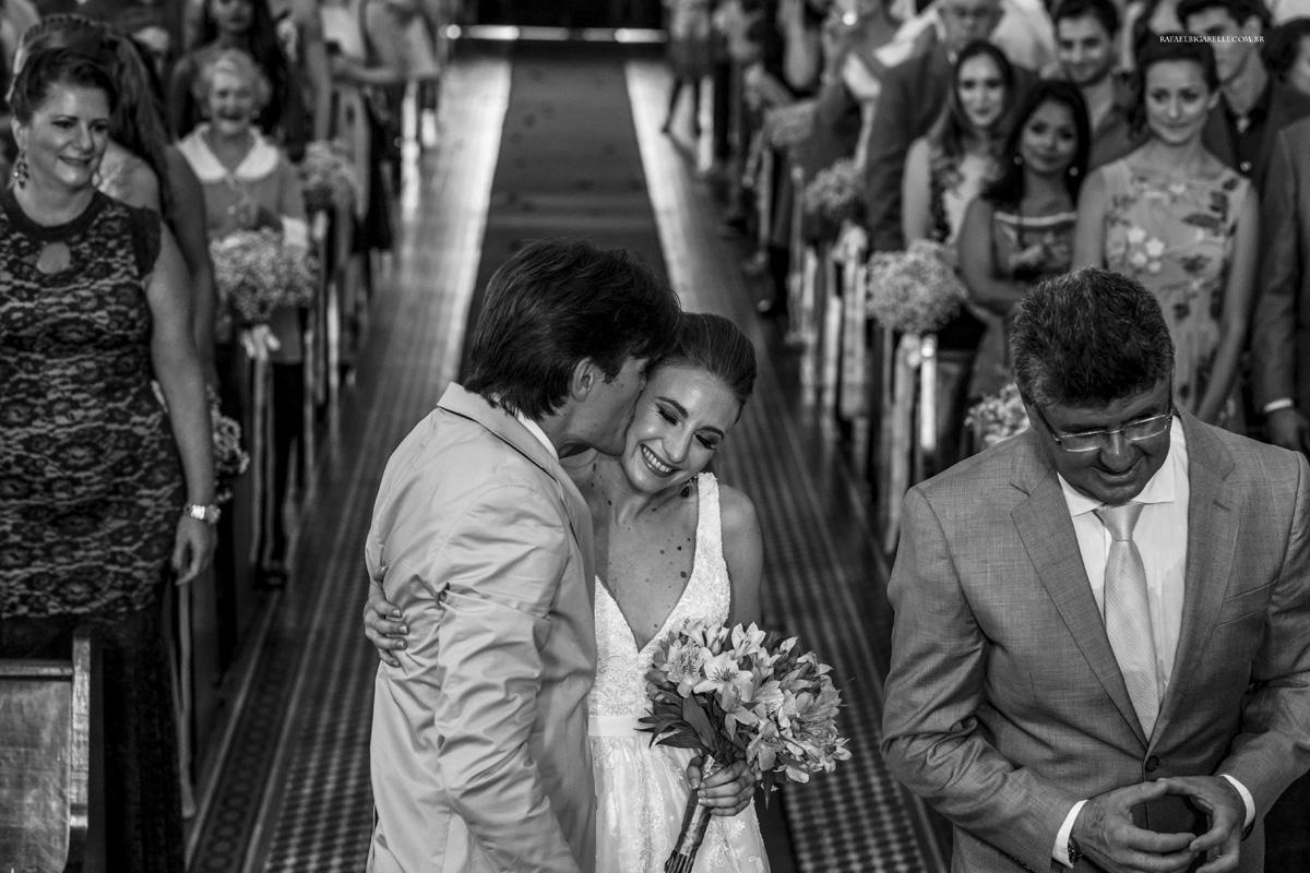 beijo dos noivos preto e branco