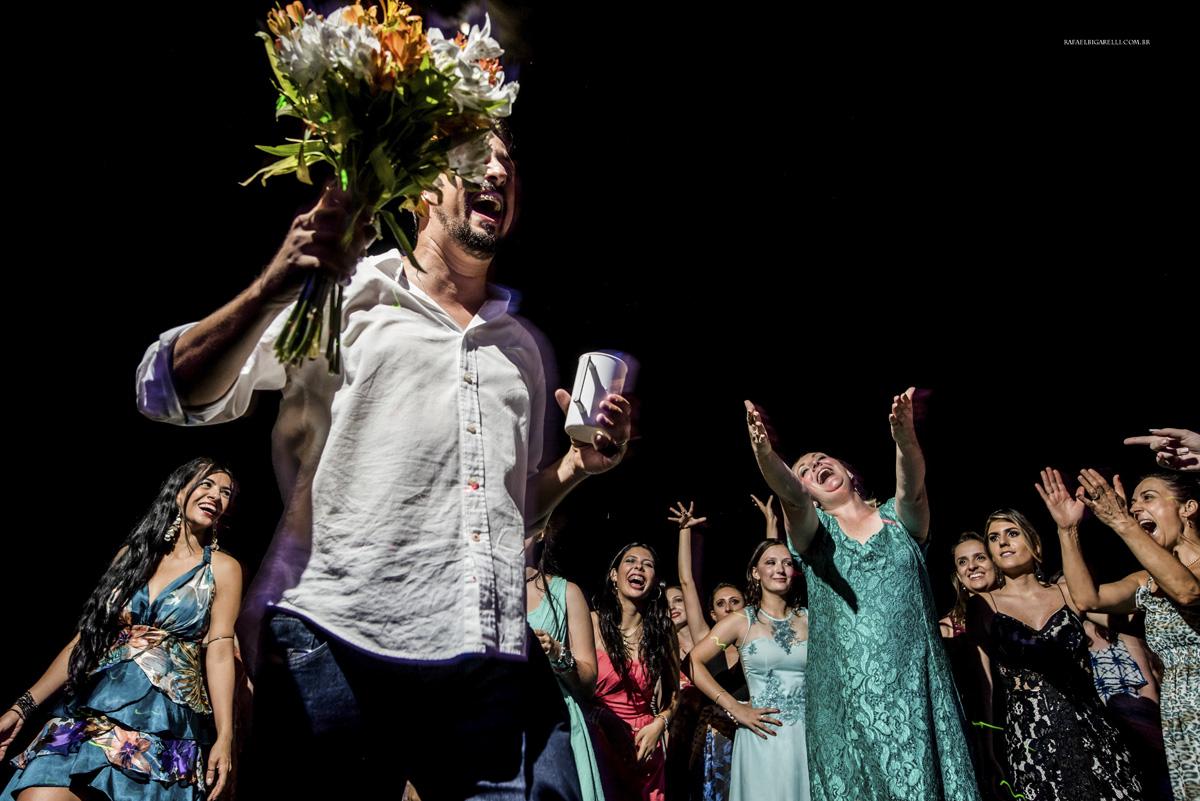 bouquet de casamento homem pegando bouquet