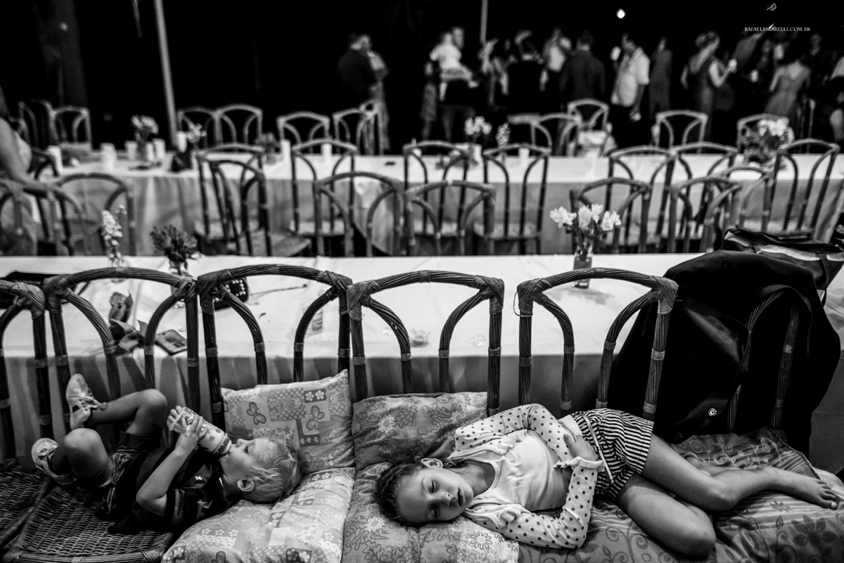 crianças dormindo no casamento