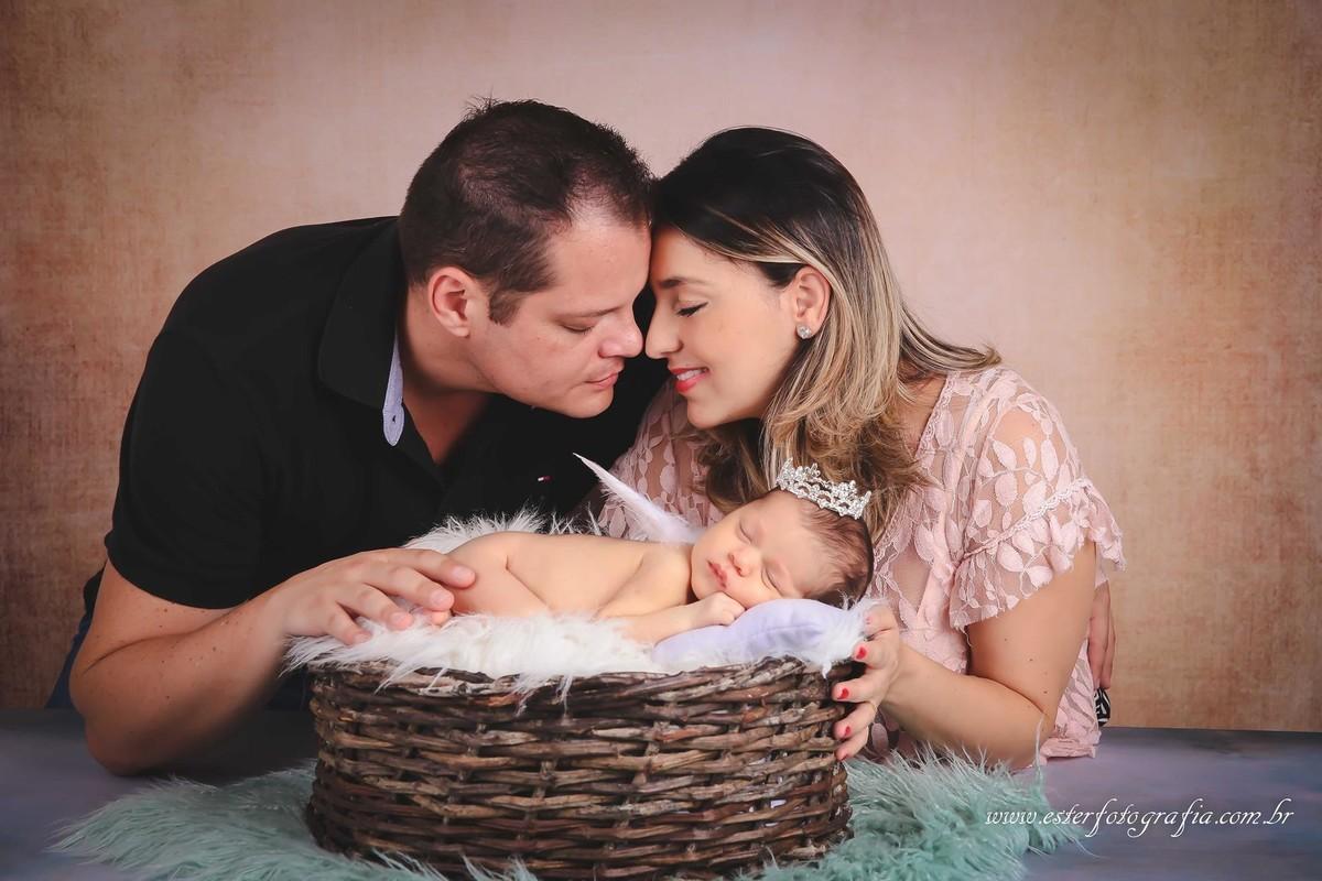 Fotografia de pais com bebes recem-nascido