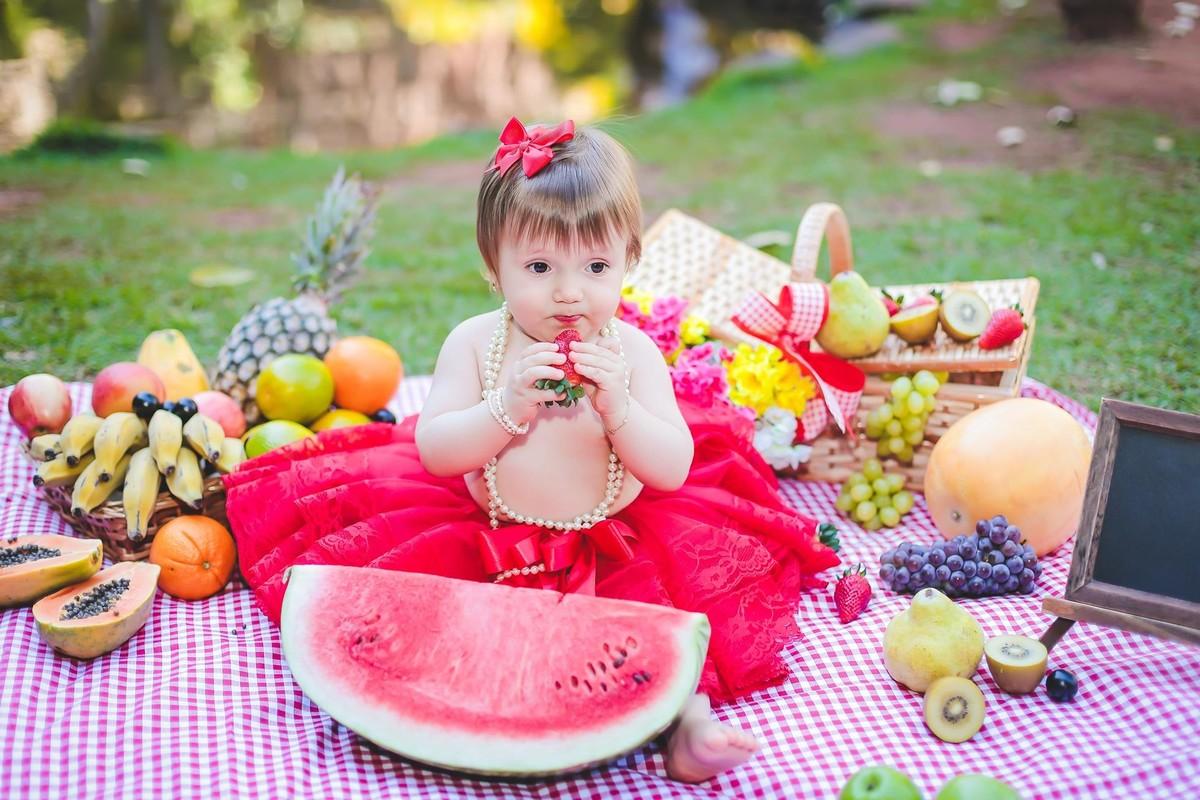 Ensaio com frutas bebe