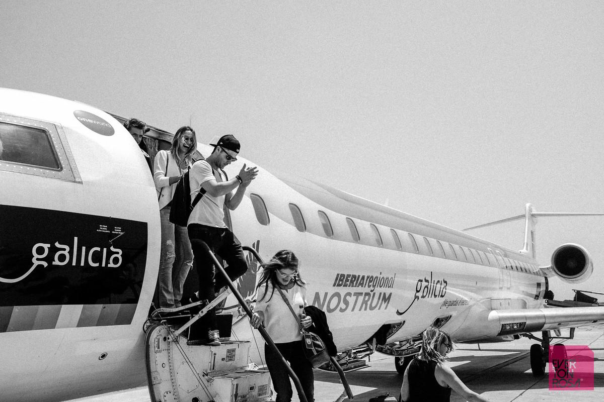 pessoas descendo avião