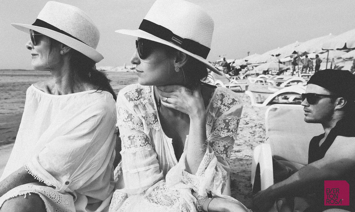 mulher com chapéu em Ibiza