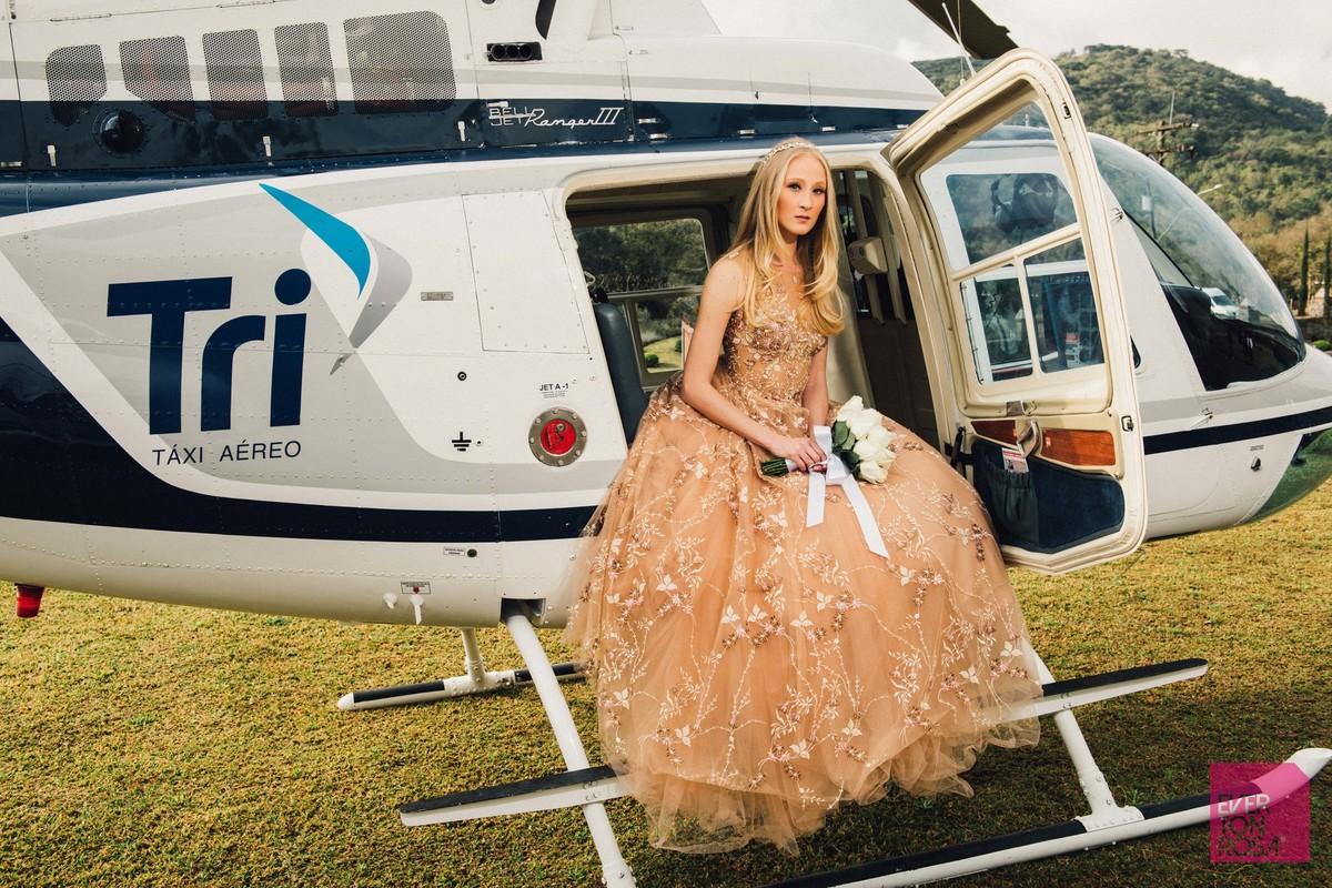 curso de fotografia de luxo noiva com vestido nude em helicóptero