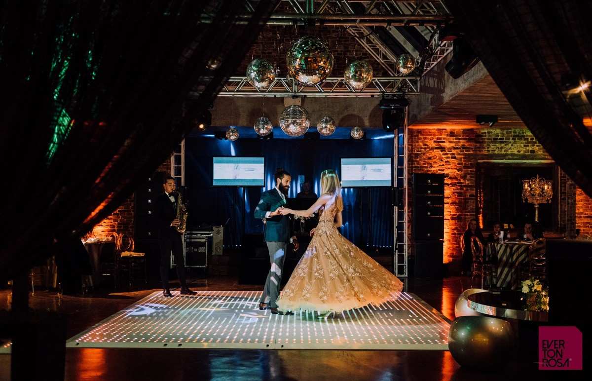 casal dançando em salão