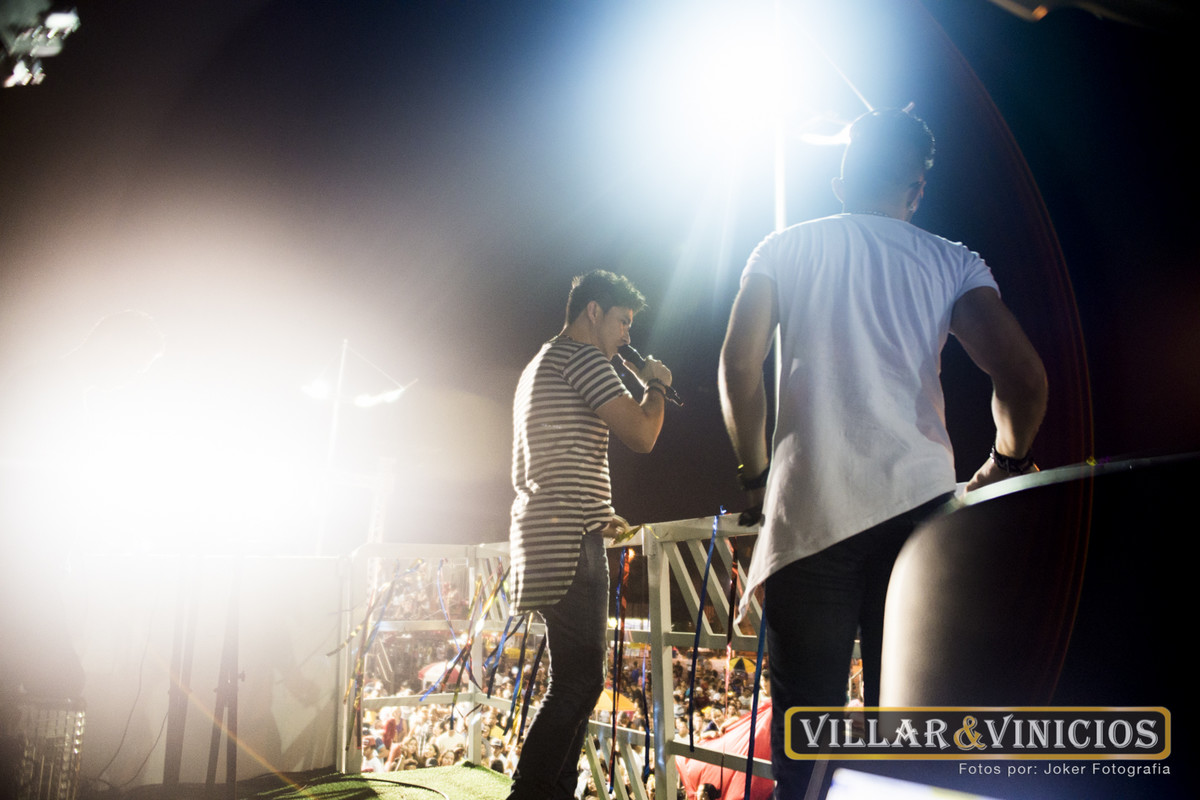 fotógrafo de sertanejo faz fotos durante o show para encarte do álbum e cd da dupla villar e vinicios