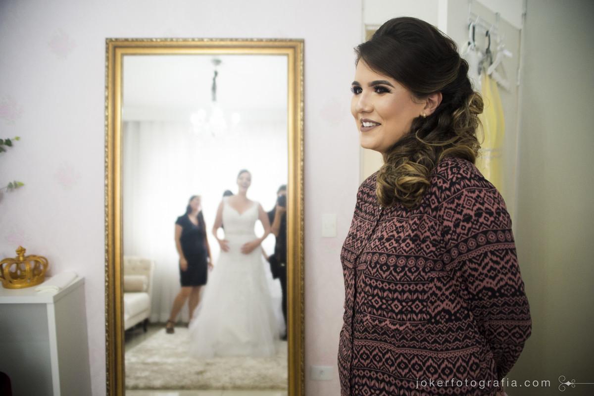 para o fotógrafo registrar a primeira vez que a madrinha viu a amiga vestida de noiva