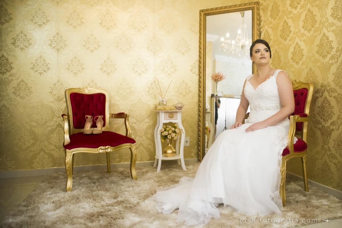 fotógrafo de casamento em curitiba fotografa a noiva se arrumando no studio da maquiadora thais guerini