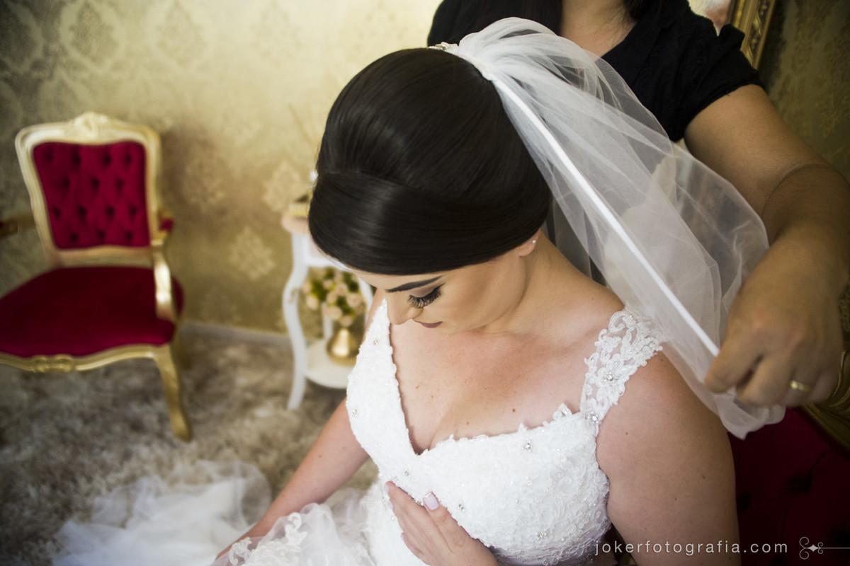 noiva com véu longo é inspiração para fotógrafo