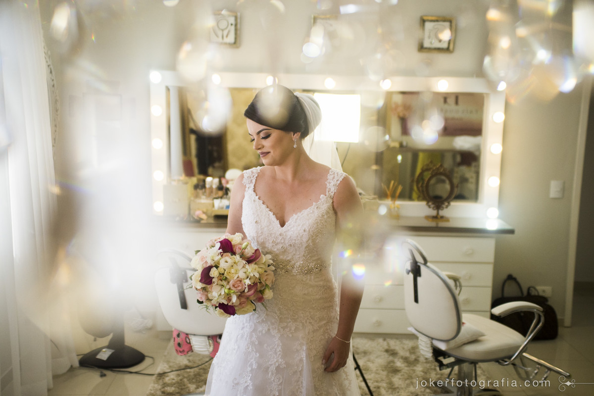 o olhar criativo do fotógrafo faz toda a diferença, como nesta foto feita com a decoração no salão da maquiadora