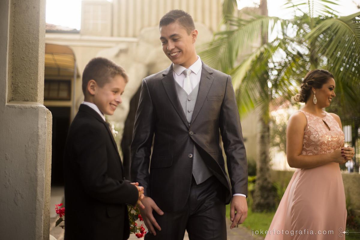 fotógrafo captura momentos espontâneos do noivo com as crianças antes da cerimônia