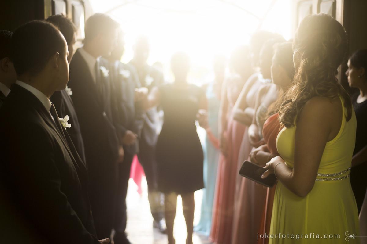 Cerimonialista organizando a entrada dos padrinhos e madrinhas em um casamento de dia