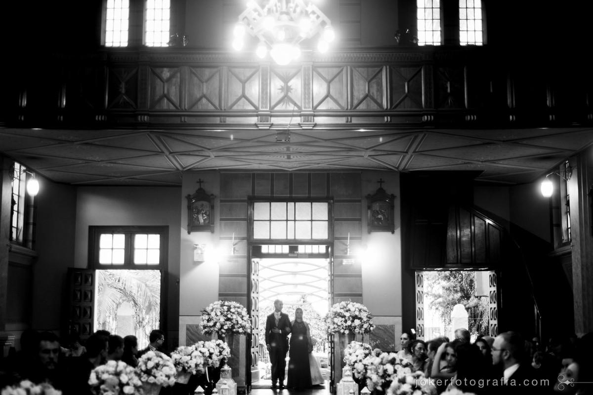 Fotografia da entrada do noivo na igreja São Vicente de Paulo no Largo da Ordem