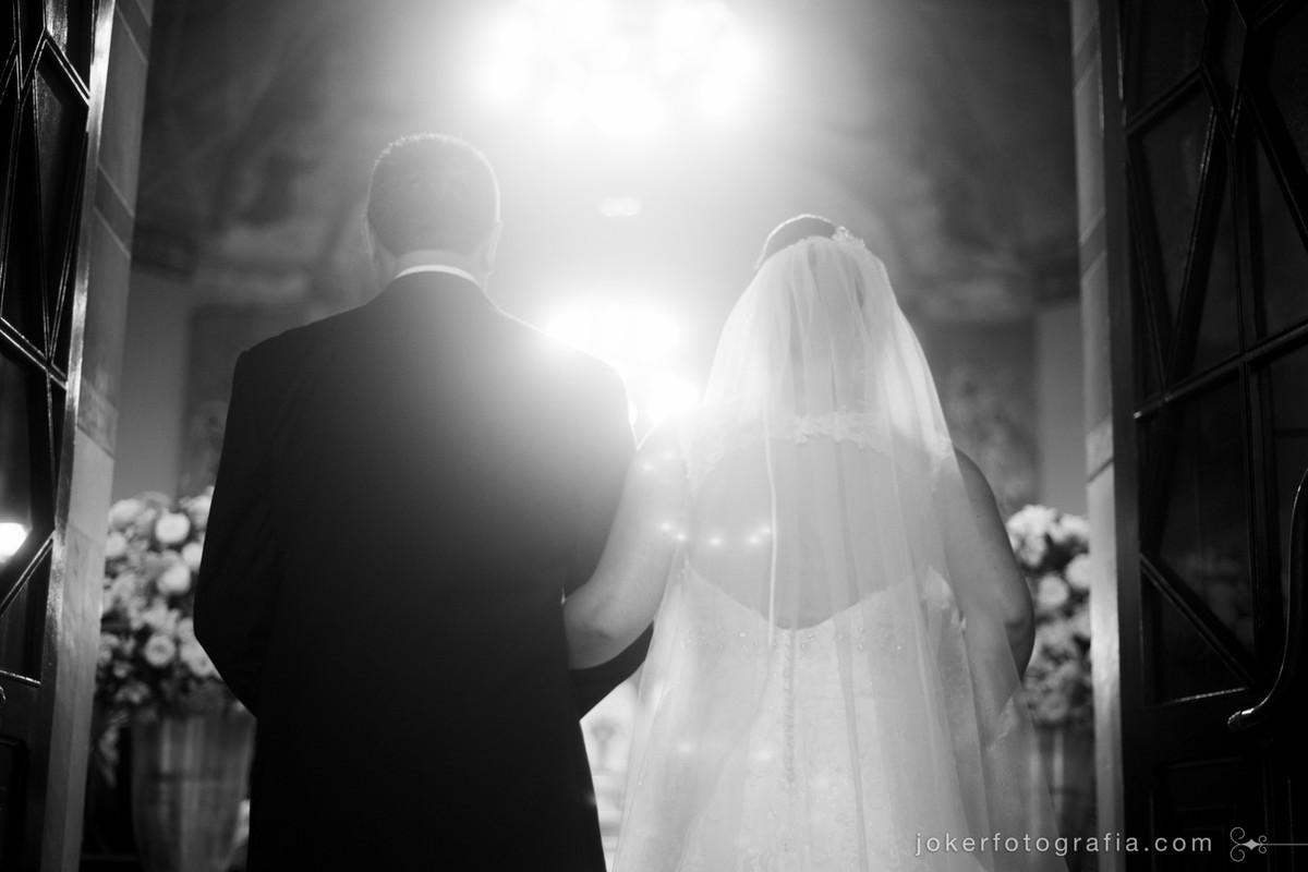 Entrada da noiva com o pai na igreja