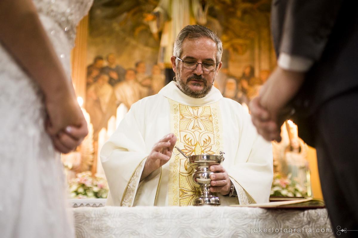 a cerimônia celebrada pelo padre da igreja são vicente de paulo em curitiba é registrada pelos fotógrafos