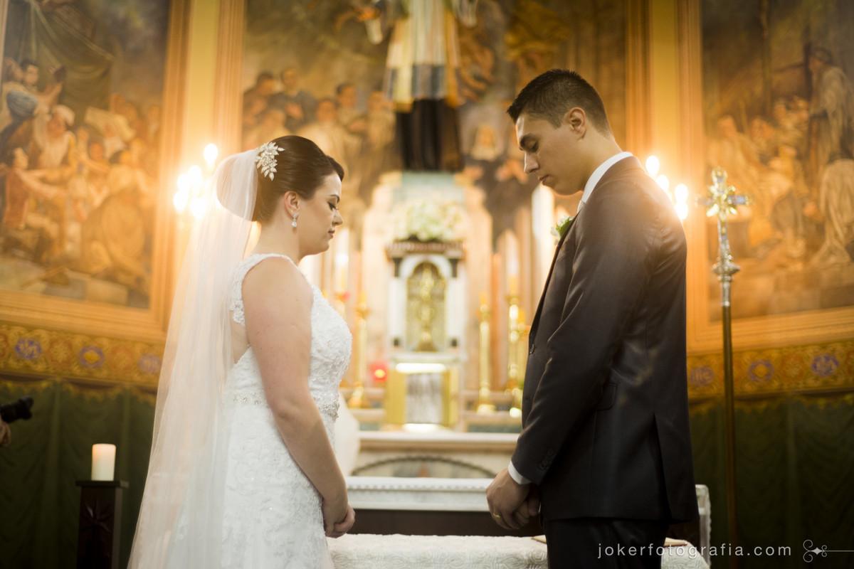 fotografar a cerimônia religiosa requer experiência e profissionalismo dos fotógrafos de casamento