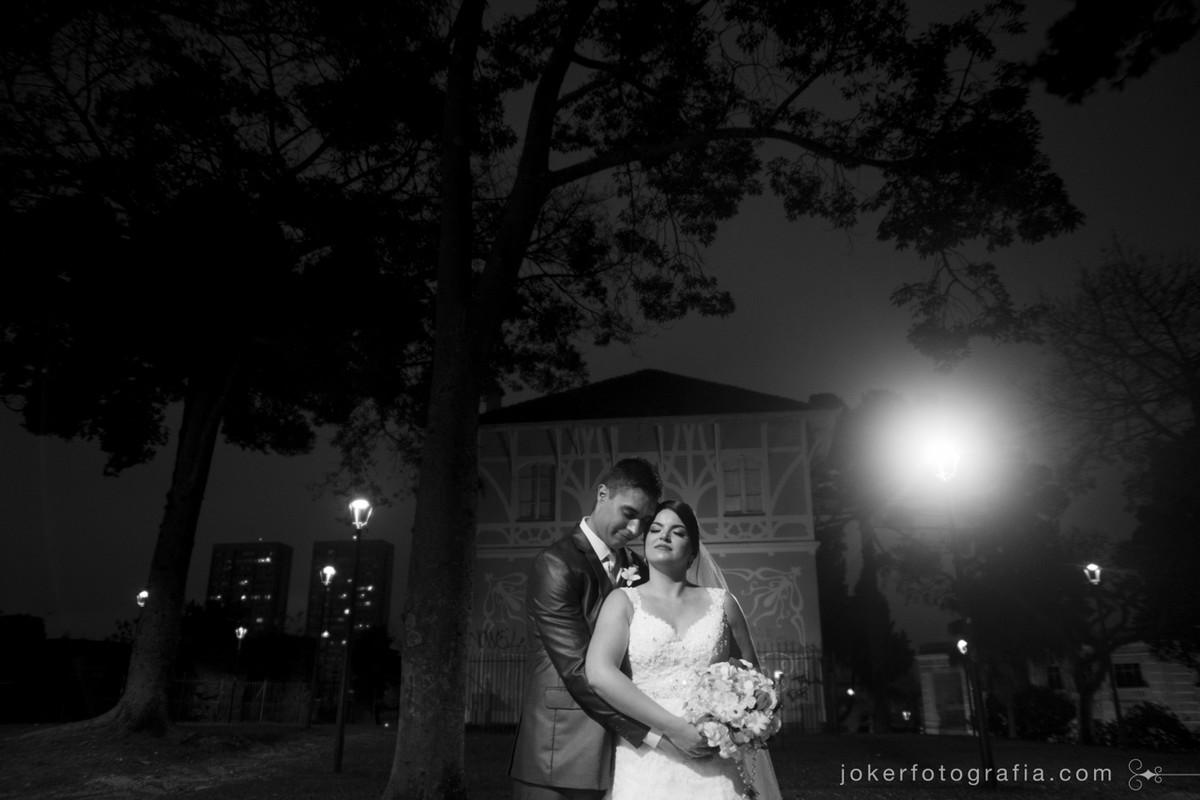 fotógrafo de casamento usa pontos turísticos de curitiba para ensaio dos noivos no dia do casamento