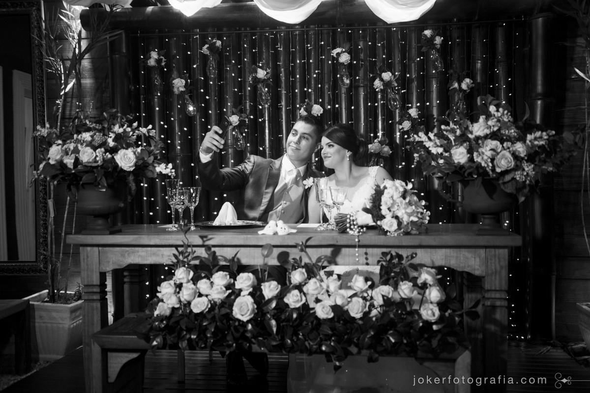 noivos fazem selfie na mesa dos noivos no bamboo em curitiba