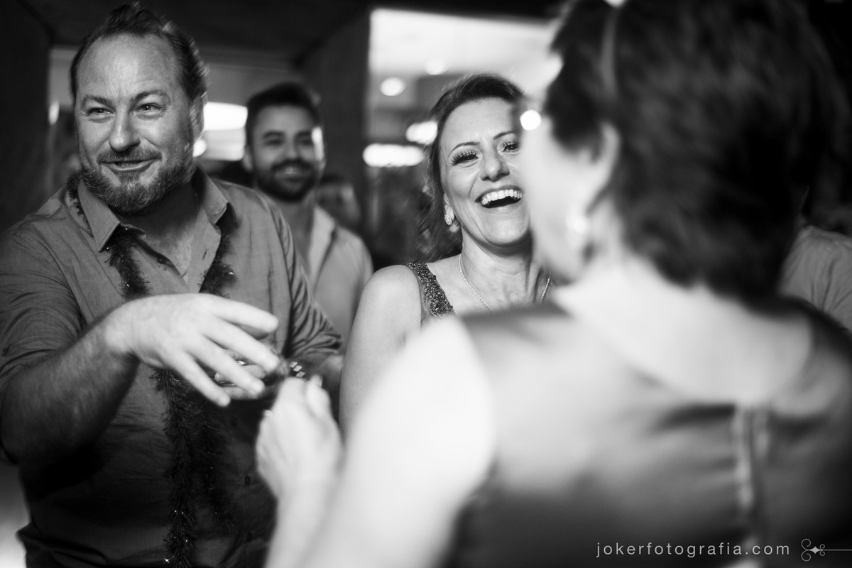fotógrafo de casamento que fotografa a festa animada