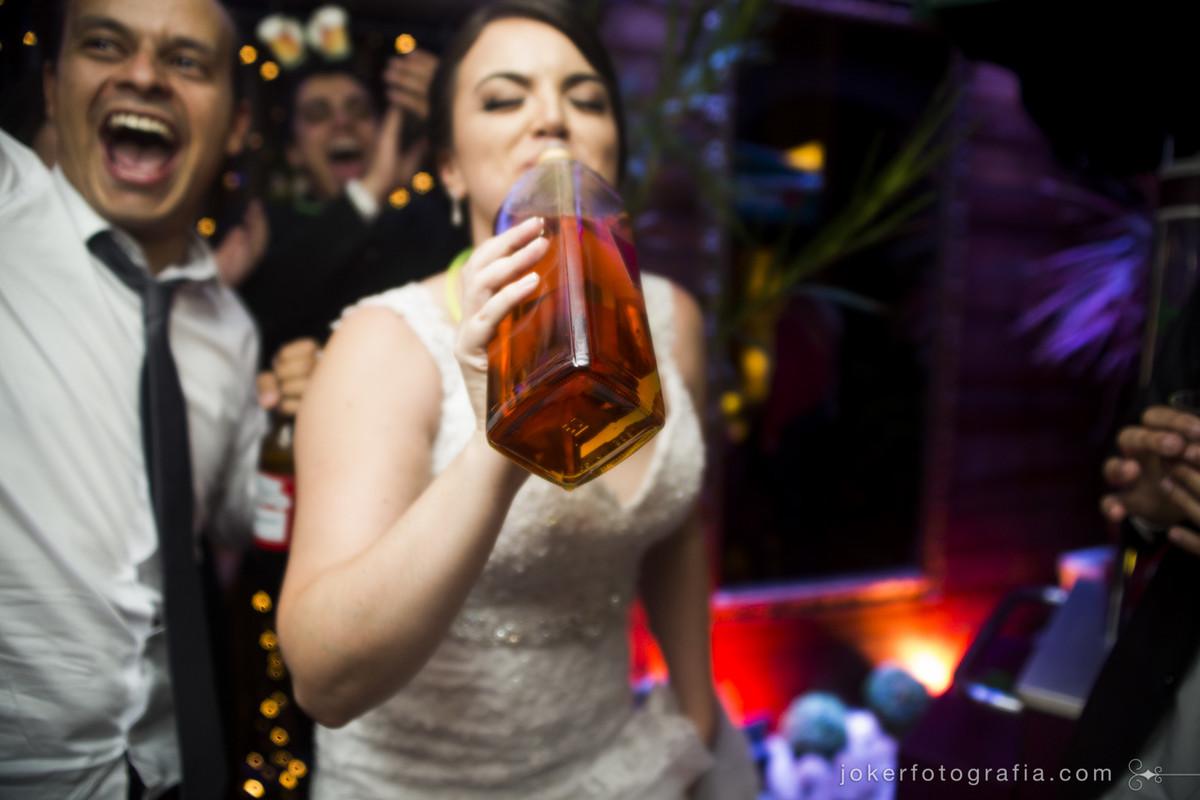 noiva tem que aproveitar a festa até o final!